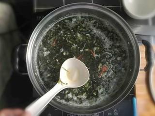 紫菜虾皮鸡蛋面,再加入适量的盐。