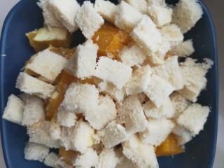 香橙的新吃法!!!好吃得不得了的减肥早餐~香橙烤土司,买回来土司去四周,只留白色部分,切大小均匀的小快放入装有橙子的烤碗中。