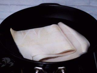 过年必备的水晶猪皮冻,锅里倒水,放入猪皮。