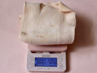 过年必备的水晶猪皮冻,首先把猪皮称重备用。