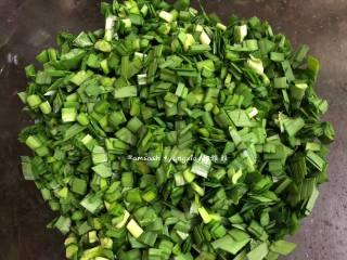 韭菜盒子,韭菜提前洗干净,控干水份,最好提前两个小时洗好,散开晾干,尽量的让韭菜叶上没有水分,如果还有些许水分的话也可以用厨房纸巾吸干,再切碎备用