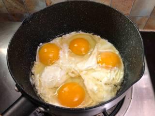 韭菜盒子,把锅烧热然后注入食用油,鸡蛋我没有打散,因为这样子炒出来的颜色比较丰富多彩,如果你喜欢把鸡蛋打散也是可以的,磕入鸡蛋先别急着去炒它,让先它煎一下