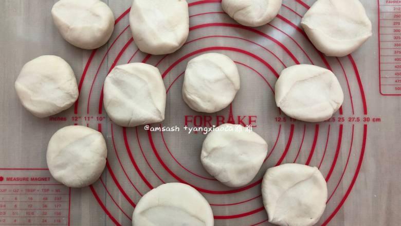 韭菜盒子,按压成圆饼形状,这样更容易擀成圆形