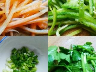 超爽口的凉拌土豆丝,胡萝卜去皮切丝、青椒切丝、葱切末、香菜切断。