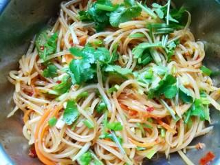 超爽口的凉拌土豆丝,加入葱和香菜拌匀,放置十五分钟即可。
