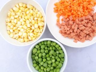 寓意吉祥的金玉满堂,玉米、青豆剥粒,胡萝卜、火腿切粒。