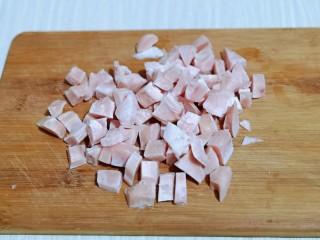 披萨新吃法~奥尔良鸡丁披萨,利用这个时间做奥尔良鸡肉,首先将鸡胸肉洗干净切小块。
