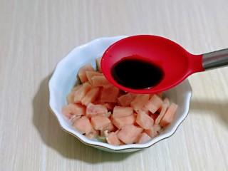 低脂低热彩蔬黑胡椒鸡丁,再加入生抽。