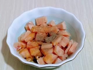 低脂低热彩蔬黑胡椒鸡丁,加入胡椒粉。