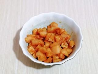 低脂低热彩蔬黑胡椒鸡丁,抓拌均匀,腌制15分钟。