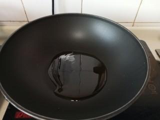 手擀炸酱面,等锅时另起一锅热油