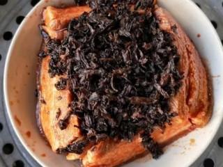 梅菜扣肉,将浸泡好的梅菜挤干水分,铺放到肉的上面;再倒入腌肉的原汤,上锅隔水蒸2-2.5小时(视个人口味而定,喜欢肉绵点的就时间长点)。