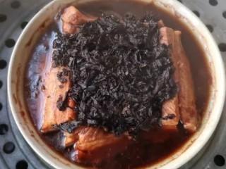 梅菜扣肉,蒸好后的肉中会有一些汁水。
