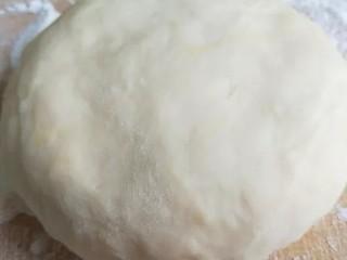家常五花肉炒饼,面粉合成面团醒放。