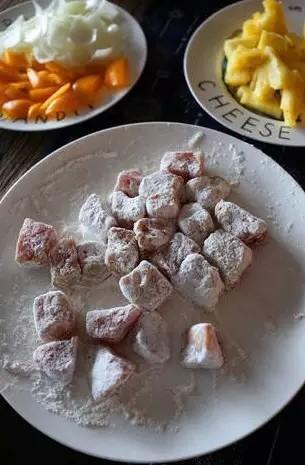 凤梨菠萝咕噜肉,腌好的里脊肉沾满蛋液后裹上淀粉