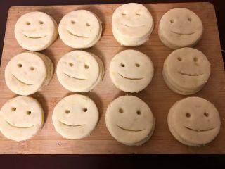笑脸土豆饼,全部整好了摆在案板上。