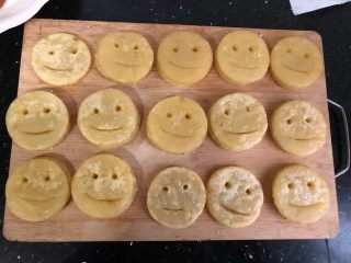 笑脸土豆饼,捞出后沥干油就可以了!