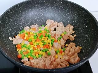 低脂低热彩蔬黑胡椒鸡丁,待鸡肉炒至变色后,加入玉米粒,豌豆,胡萝卜丁,小火翻炒。