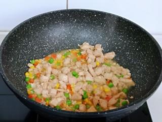 低脂低热彩蔬黑胡椒鸡丁,大火收汤至浓稠即可关火,盛出备用。