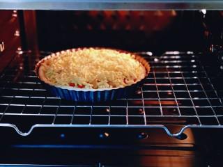 披萨新吃法~奥尔良鸡丁披萨,将披萨盘入烤箱中层。