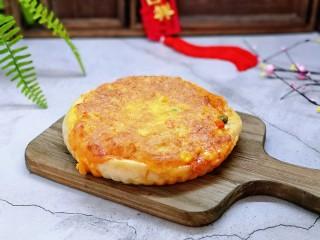 披萨新吃法~奥尔良鸡丁披萨,烤好的披萨取出,脱模啦!