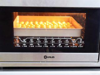 旺仔小馒头,放入预热好的东菱烤箱,上下火160度,中层烤12分钟左右,最后3分钟注意观察小馒头表面上色情况,烤至表面微黄色即可