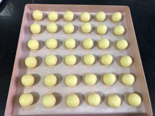 玛格丽特饼干,平分成36份,搓成小球,做到一半的时候,预热烤箱170度。