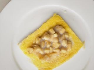 简单好吃又减肥的早餐||宝宝的最爱-----香蕉牛奶煎土司,土司去四边,用擀面杖擀薄点,放入适量调好的香蕉馅。