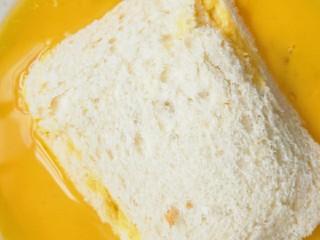 简单好吃又减肥的早餐||宝宝的最爱-----香蕉牛奶煎土司,弄好的土司两面均匀粘裹上鸡蛋液