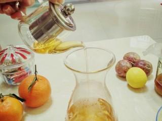 手打百香果柠檬茶,柠檬切片跟百香果一起搅拌,把柠檬片挤压一下,这样更容易出味道