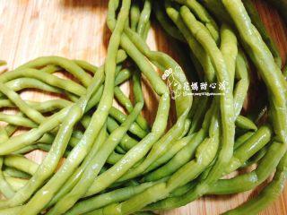 炒酸豆,酸豆ㄧ般傳統市場買的到哦 酸豆洗淨備用