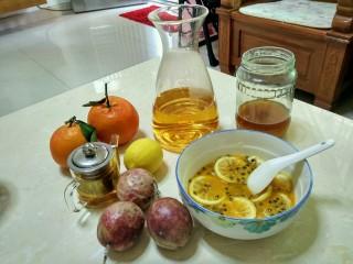 手打百香果柠檬茶,柠檬跟百香果所所有材料准备好后,加两勺蜂蜜下去右上角的就是蜂蜜了,蜂蜜是自家养的,所以喝着很纯,俗话说冬天的蜂蜜是百草丹,男女老少皆宜,还养颜哟!