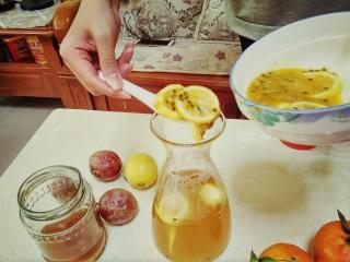 手打百香果柠檬茶,准备好一个锥形瓶,把沏好的茶倒进去,百香果跟柠檬也一起放进去
