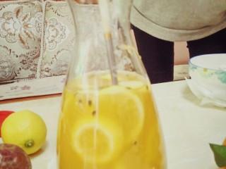 手打百香果柠檬茶,轻轻搅拌几下