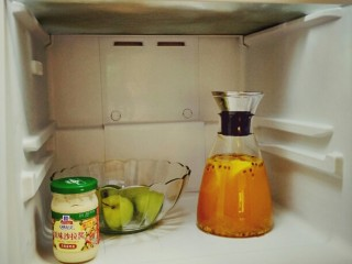 手打百香果柠檬茶,最后放进冰箱冷冻20分钟就可以了。也可放一些小冰块进去。