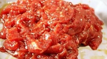 葱爆牛肉,将腌好的牛肉中加入适量清水,抓匀,在加入一勺淀粉抓匀,这样炒出来的牛肉更滑嫩。