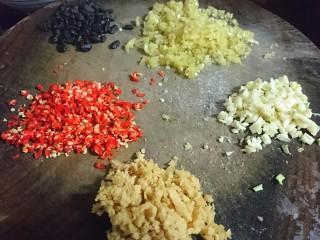 #年年有鱼#家常刨盐鱼,大蒜子切碎,姜去皮切碎,双椒切沫