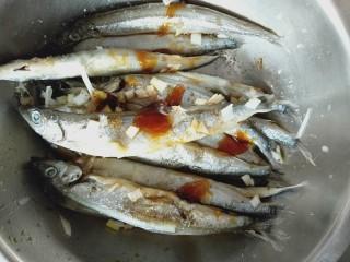 香烤多春鱼,倒入适量的耗油和生抽