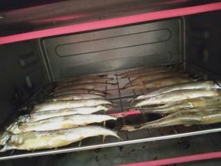 香烤多春鱼,放烤箱,150度烤半小时