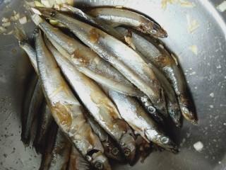 香烤多春鱼,抓均匀腌制20分钟