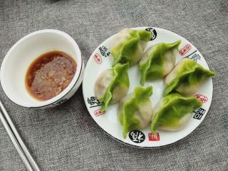 百财水饺,锅中放适量的清水烧开,倒入包好的水饺煮熟即可