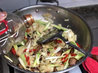 #猪年#舌尖上的家乡味➕腊肉蒜苗炒豆丝,淋上约一汤匙生抽,腊肉本身有咸味,生抽和盐都不要放多了