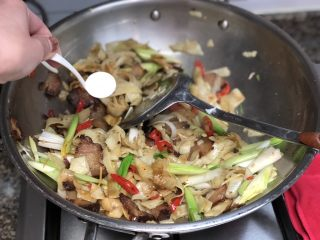 #猪年#舌尖上的家乡味➕腊肉蒜苗炒豆丝,加入半小勺白糖提鲜,翻炒均匀