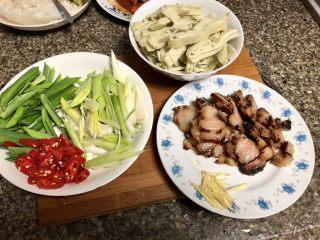 #猪年#舌尖上的家乡味➕腊肉蒜苗炒豆丝,全部食材准备好,开始下锅🍳