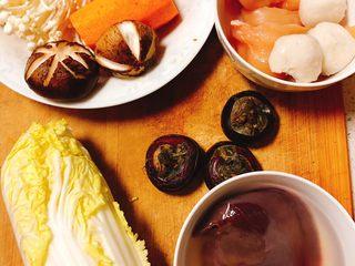 解腻寿喜烧,马蹄3颗,鱼丸3颗,猪肝鸡胸肉适量,香菇3个,金针菇适量,娃娃菜1颗,胡萝卜半个!