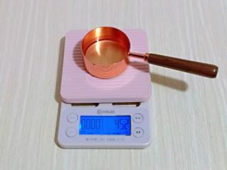 香甜松软的喜饼,首先将花生油称重。