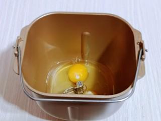 香甜松软的喜饼,首先将花生油与鸡蛋加入面包桶中。