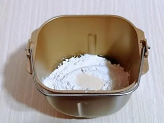 香甜松软的喜饼,加入面粉,最后加入酵母粉,启动面包机,揉面15分钟。