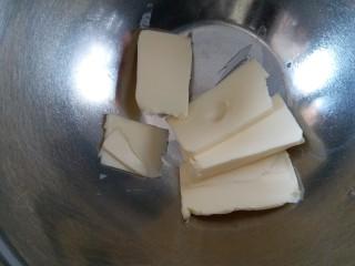 巧克力豆曲奇,黄油切薄片,软化到可以用手指轻松的按出个小窝的状态。冬天气温低,如果室温也低的话,可以放在烤箱内用发酵的模式加热两到三分钟。