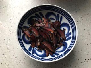 杏鲍菇包菜炒酱油肉,酱油肉用温水冲洗一下,然后切成薄片,越薄越好